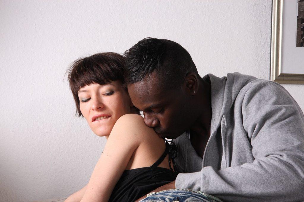 mujer y hombre deseandose