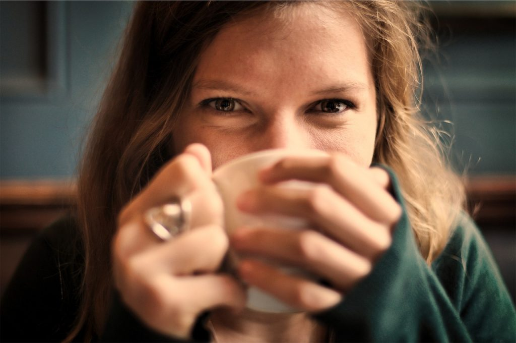 mujer bebiendo infusion adelgazante
